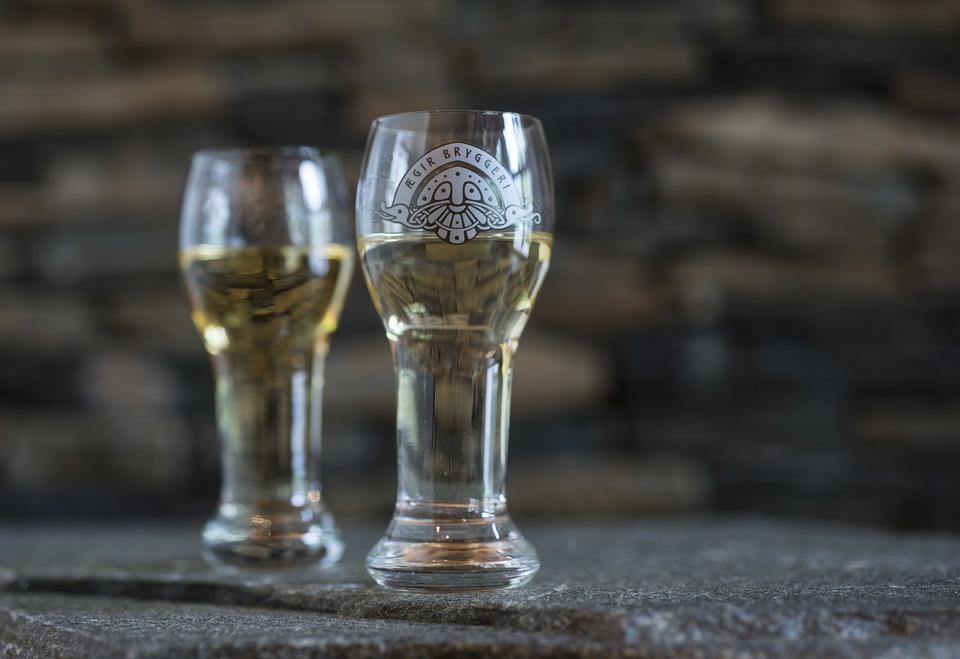 Yggdrasil Akevitt i tilhøyrande glas.
